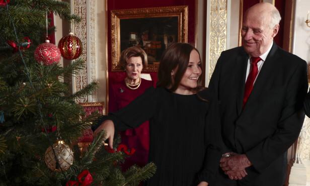 MED BESTEFAR: Prinsesse Ingrid Alexandra pynter juletreet på Slottet med bestefar kong Harald. Foto: Lise Åserud / NTB scanpix