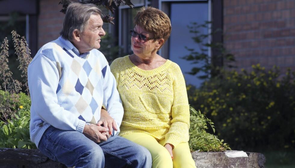PÅ SYKEHJEMMET: De siste fem årene før Pål døde bodde han på sykehjem. Anne-Kirsti besøkte ham nesten hver dag. Her er de sammen i sykehjemshagen våren 2012.