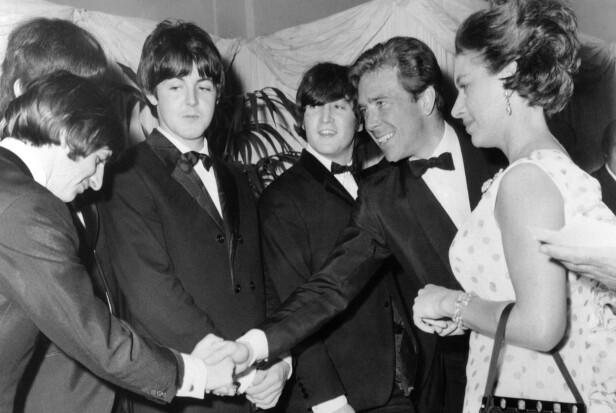 I GODT SELSKAP: Prinsesse Margaret og Antony Armstrong-Jones trivdes i kulturelle kretser og var begge to svært sosiale. Her i samtale med medlemmene fra popgruppen The Beatles i 1965. Foto: NTB Scanpix