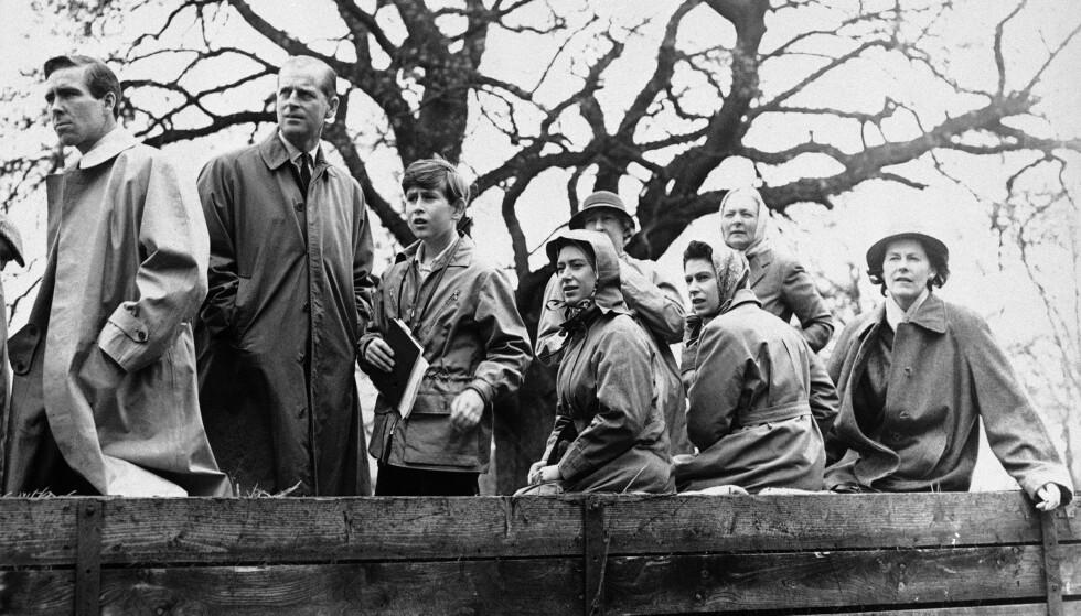 NÆR KONTAKT: Antony Armstrong-Jones (t.v.) var nært knyttet til prinsesse Margarets familie, og etter skilsmissen opprettholdt de kontakten. Her fra en badminton-turnering i England i 1961. Ved siden av Armstrong-Jones står prins Philip, prins Charles, prinsesse Margaret og dronning Elizabeth. Foto: NTB Scanpix