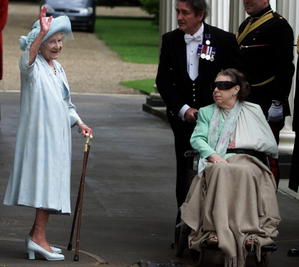 HJERNESLAG: De siste årene av livet sitt satt prinsesse Margaret i rullestol etter et hjerneslag. Hun gikk bort 9. februar 2002. Dette bildet ble tatt i forbindelse med dronningmorens 101-årsdag. Foto: NTB Scanpix
