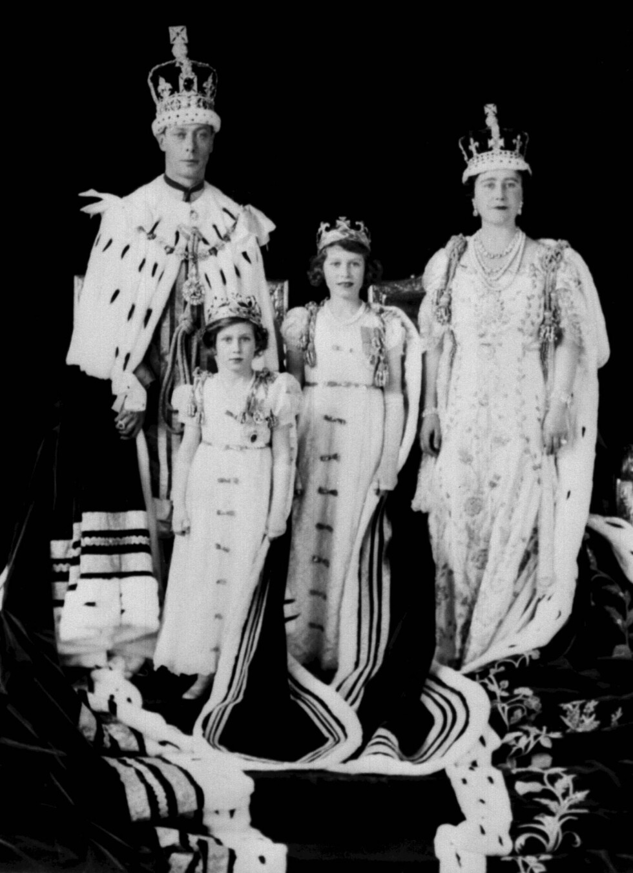 FAMILIEN: Prinsesse Margaret med sin søster Elizabeth, mor dronning Elizabeth og far kong George under kroningen i 1937. Foto: NTB Scanpix