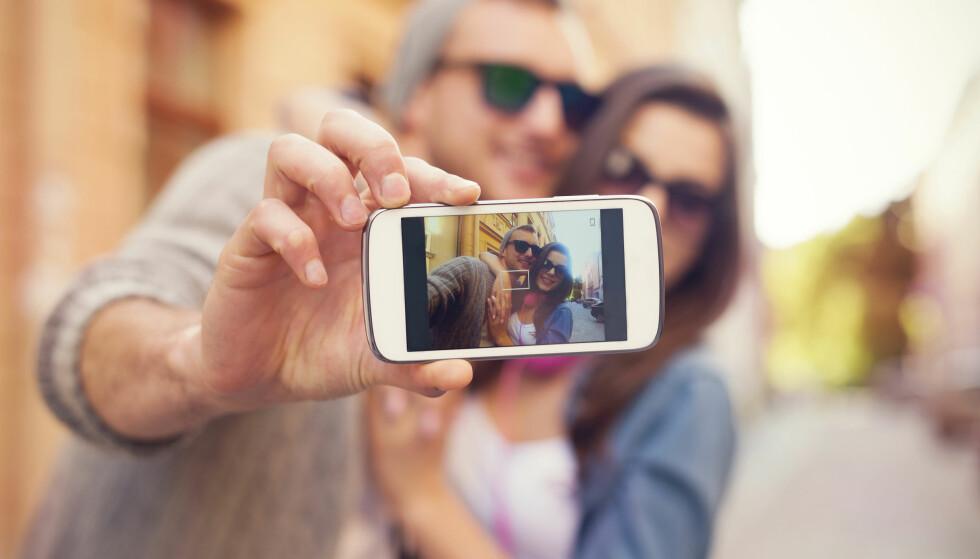KAN VÆRE USIKKERHET: De som aktivt legger ut bilder av seg og partneren, kan være usikre på forholdet, og søke bekreftelse. FOTO: Scanpix