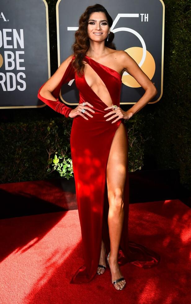 Skuespillerinne Blanca Blanco droppet fellesskapet med sine kvinnelige kollegaer, og valgte heller å komme iført en knallrød, vågal kjole. Foto: NTB Scanpix