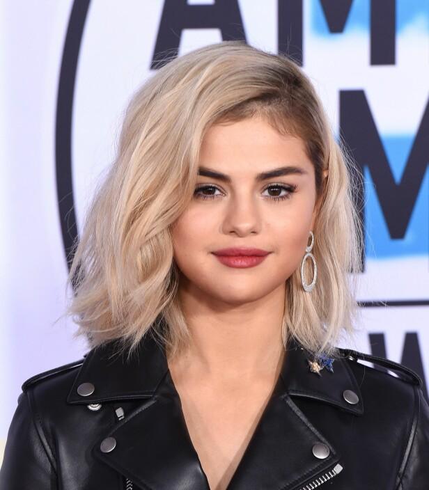 """Selena Gomez (25), som er naturlig brunette, overrasket med fargen """"Nirvana Blonde"""" på American Music Awards. Foto: NTB Scanpix"""