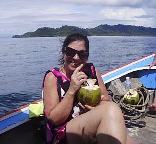 NØT LIVET: For å bli ferdig med Thailand- opplevelsen, besøkte Trine landet fra nord til sør i 2012. Her er hun på båttur til en av Phi Phi- øyene. FOTO: Privat
