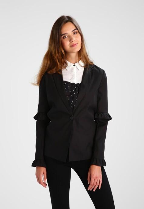 Denne sorte blazeren er nå nedsatt med 60% fra |Fashion Union|http://marketing.net.zalando.no/ts/i4062628/tsc?amc=performance.znd.47259.54735.57747&rmd=3&trg=https%3A%2F%2Fwww.zalando.no%2Ffashion-union-tall-leandra-blazer-black-fac21g000-q11.html%3Fwmc%3DAFF47_IG_NO.%23%7BPARTNER_ID%7D_%23%7BADSPACE_ID%7D..