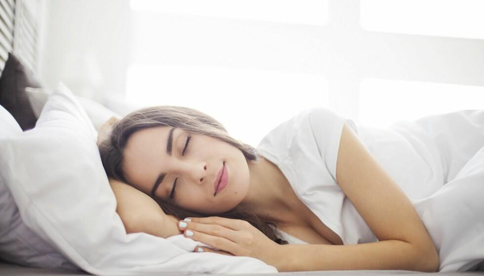 PRØV Å STRESS NED: Å redusere bruk av mobil og serier kan hjelpe deg med å roe ned før du skal sove. FOTO: NTB Scanpix