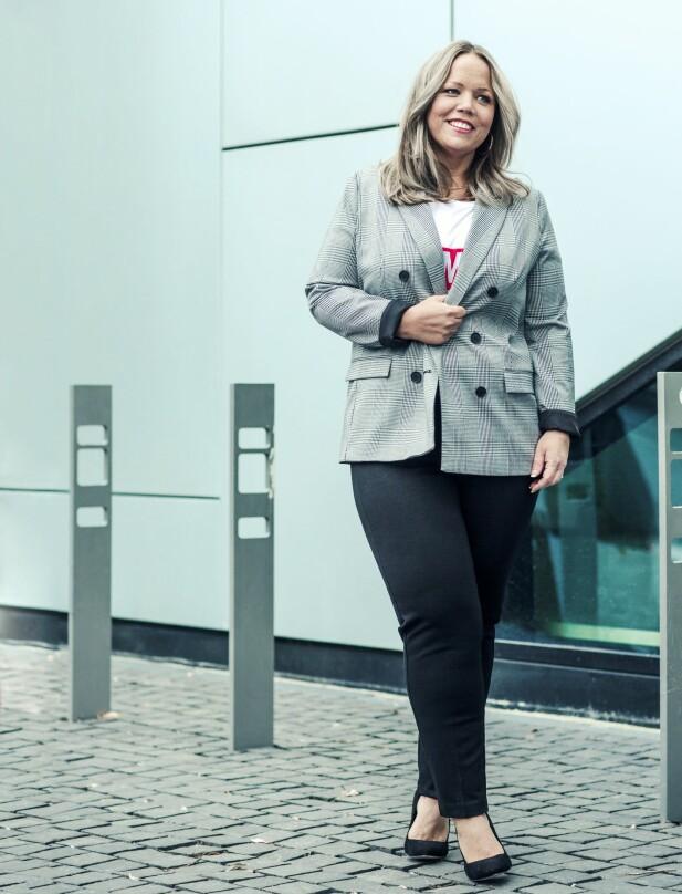 ÅSE HAR PÅ SEG: Blazer (kr 600), T-skjorte (kr 100) og bukse (kr 400, alt fra Lindex) og pumps (kr 900, Bianco). FOTO: Astrid Waller