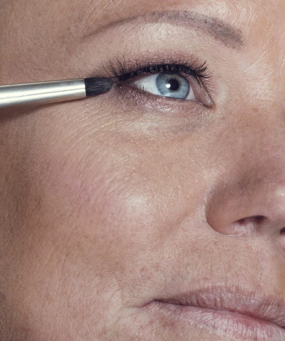 1. Bruk samme skygge over og under øyet for å skape helhet i looken. Ved å legge litt skygge langs nedre vippekant blir blikket mer intenst.