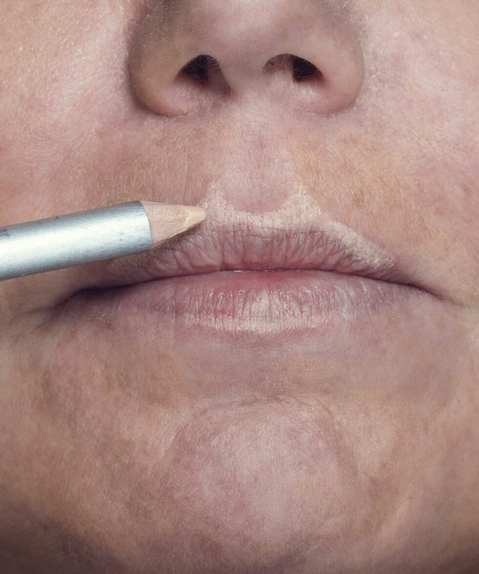 2. Legg en lys foundation eller highlighter i overkant av leppen og i amorbuen for å skape inntrykk av fyldigere munn.