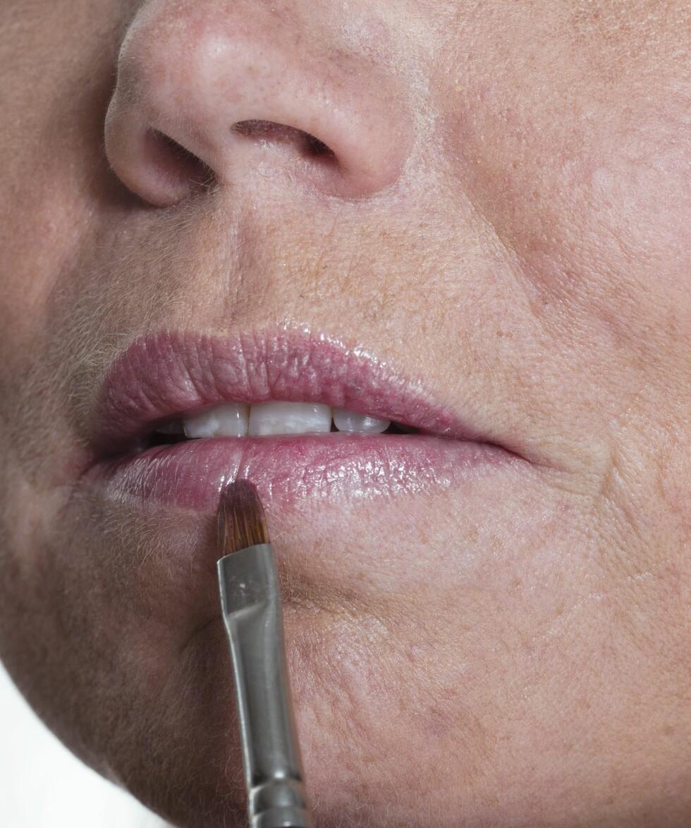 3. Dus ut den lyse kanten du lagde for å få et naturlig resultat. Avslutt med en lipgloss eller leppestift som gir farge og liv.