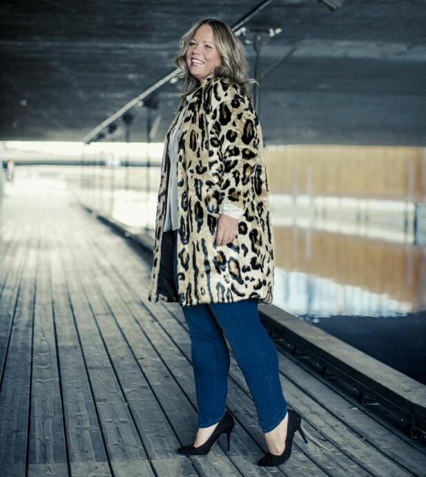 ÅSE HAR PÅ SEG: Kåpe (kr 900), bluse (kr 400) og jeans (kr 500, alt fra Lindex) og pumps (kr 900, Bianco). FOTO: Astrid Waller