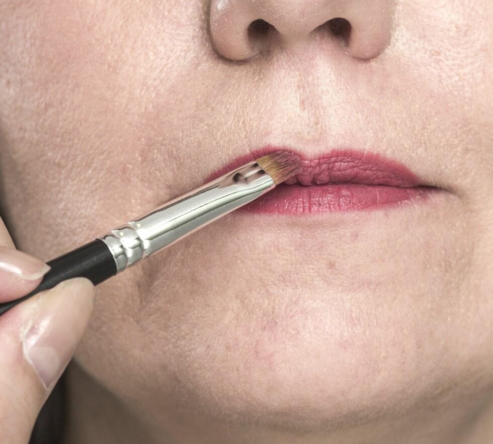 3. For å skape fyldigere lepper la vi leppestift rett utenfor leppekanten. Begynn gjerne med en primer og lipliner for å få et holdbart resultat.