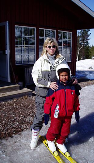 SKIGLEDE: Et av mange gode minner fra barndommen til Charlene,her med Åse som kyndig skiinstruktør.