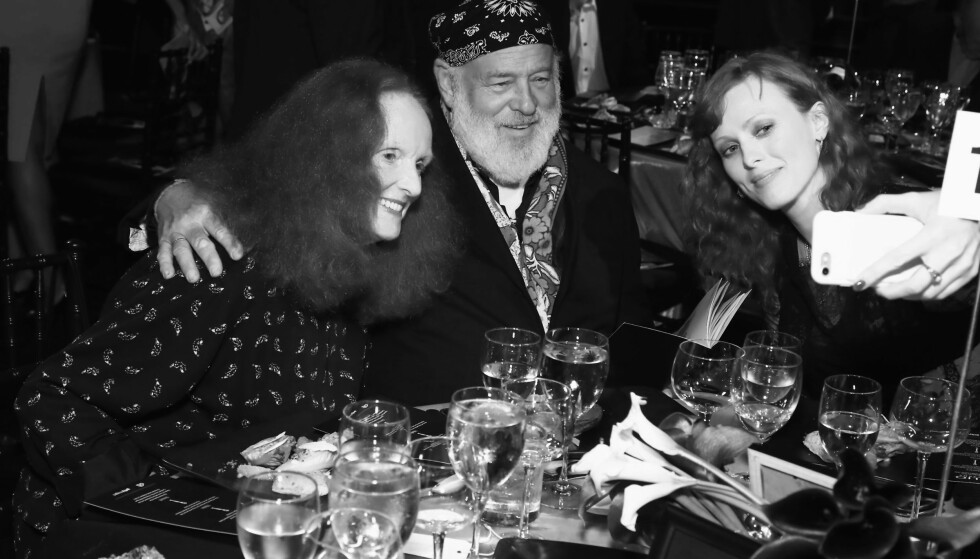 BRUCE WEBER: Fotografen (i midten) her sammen med Grace Coddington (t.v.) og Karen Elson. FOTO: NTB Scanpix