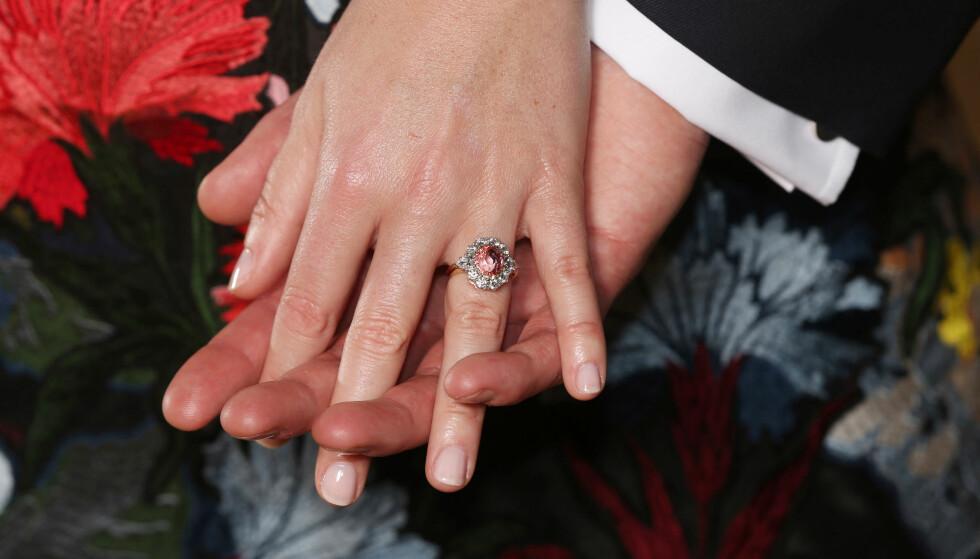 FORLOVELSESRINGEN: Prinsesse Eugenies forlovelsesring er laget av diamanter og en lyserosa safir-sten. Den er designet av Garrard jewellery, som sto for avdøde Dianas forlovelsesring i 1981. Foto: NTB Scanpix