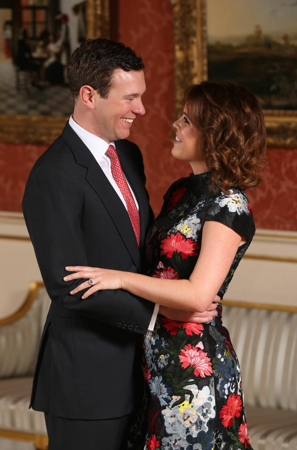 LYKKELIGE: Til høsten blir det bryllup! Dette bildet ble tatt i på Buckingham Palace da forlovelsen ble annonsert. Foto: NTB Scanpix
