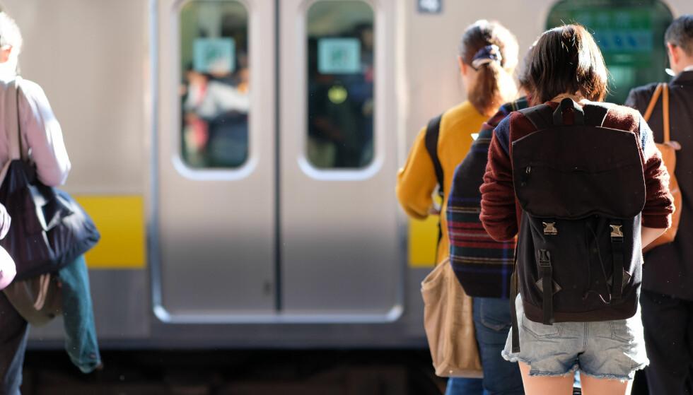 SNAKKE MED FOLK: Visste du at det å snakke med sidemannen på bussen faktisk kan gjøre deg lykkelig? FOTO: NTB Scanpix