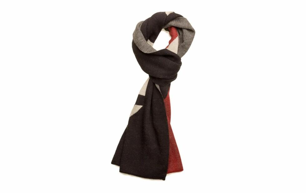 Skjerf fra Tommy Hilfiger |390,-|https://www.boozt.com/no/no/tommy-hilfiger/tommy-chevron-lurex-denim-scarf_15705223/15705224?navId=67714&group=listing&position=1000000