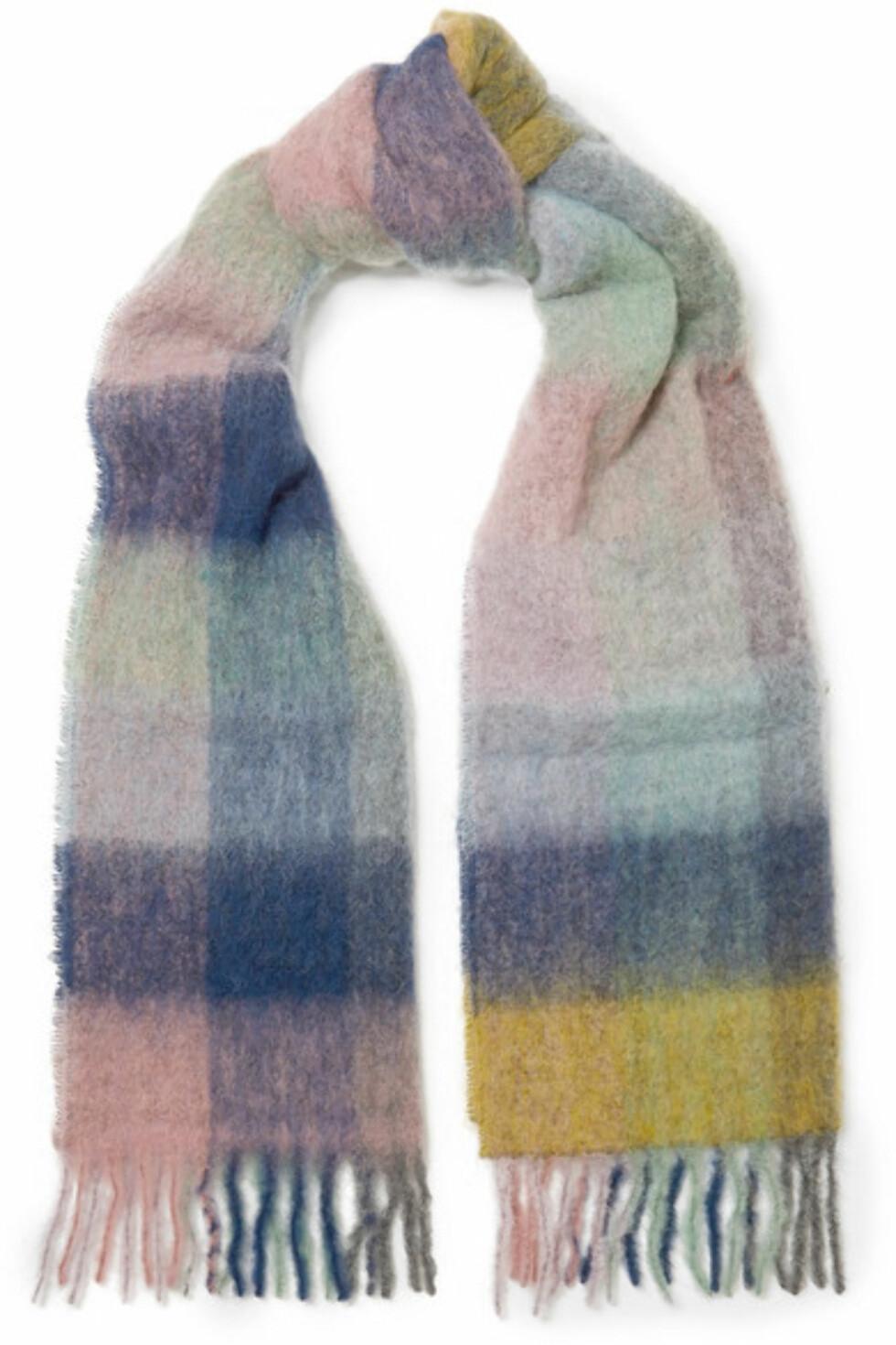Skjerf fra Holzweiler |1323,-|https://www.net-a-porter.com/no/en/product/1050814/holzweiler/fresia-fringed-checked-textured-knit-scarf