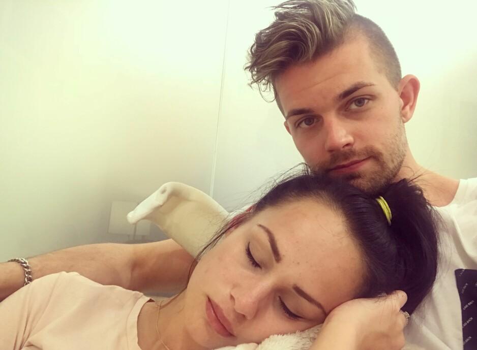 FÅR GOD STØTTE AV SAMBOEREN: Christoffer kjemper kampen sammen med kjæresten sin. Snart reiser de til Barcelona, slik at Benedicte får operasjonen hun trenger. FOTO: Privat