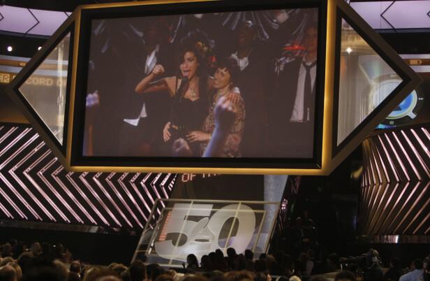 I LONDON: Amy Winehouse var ikke til stede i Los Angeles for å motta de fem Grammy-prisene ettersom hun var på rehab i London. Det ble likevel gjennomført en live-sending fra London som viste en stolt og ydmyk Amy side om side med sin mor Janis Winehouse. Foto: NTB Scanpix