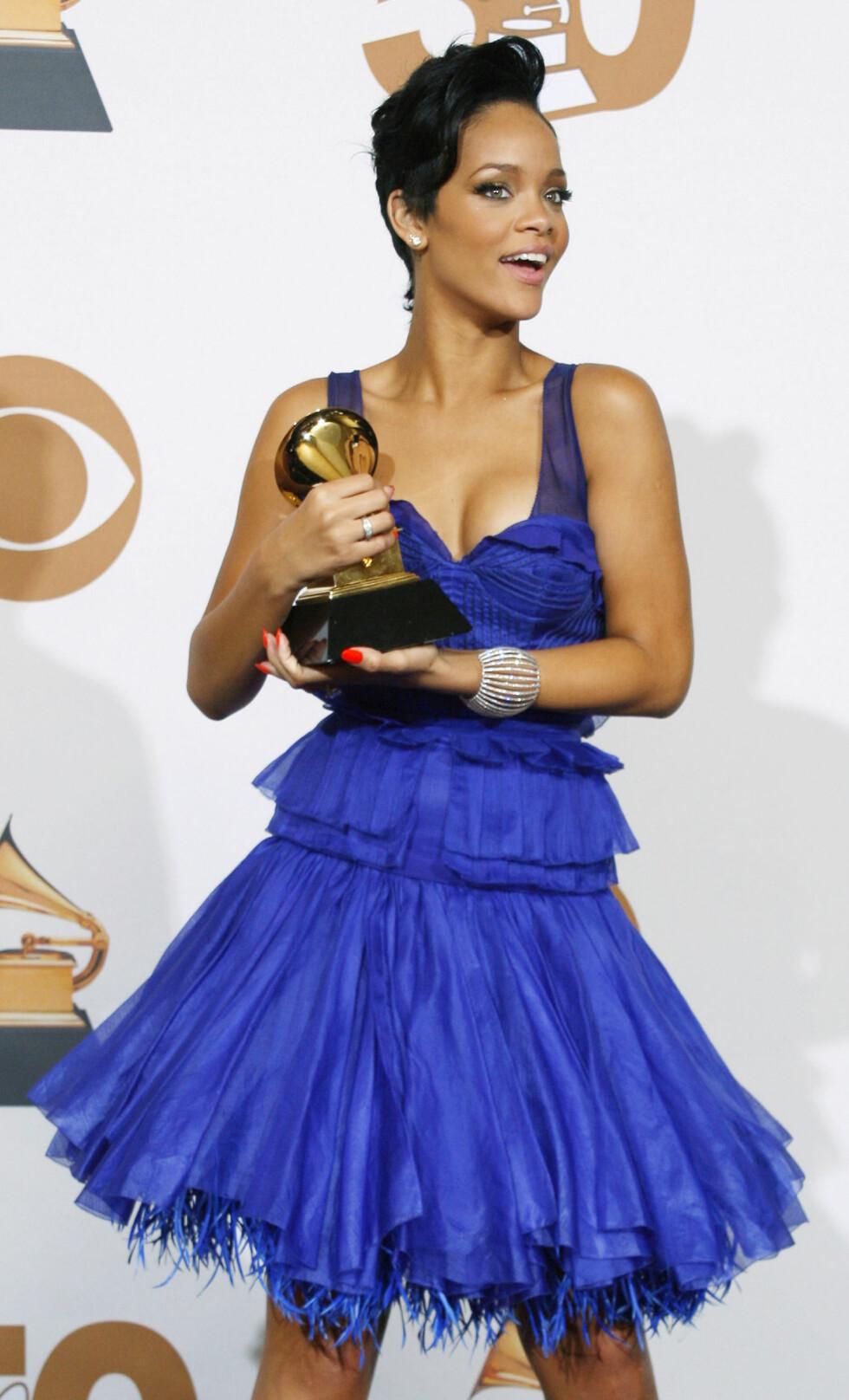 VANT PRIS: Rihanna opptrådde med låten som hun stakk av med pris for. Sammen med Jay Z ble hun hedret med pris i kategorien Best Rap/Sung Collaboration med låten Umbrella. Foto: NTB Scanpix