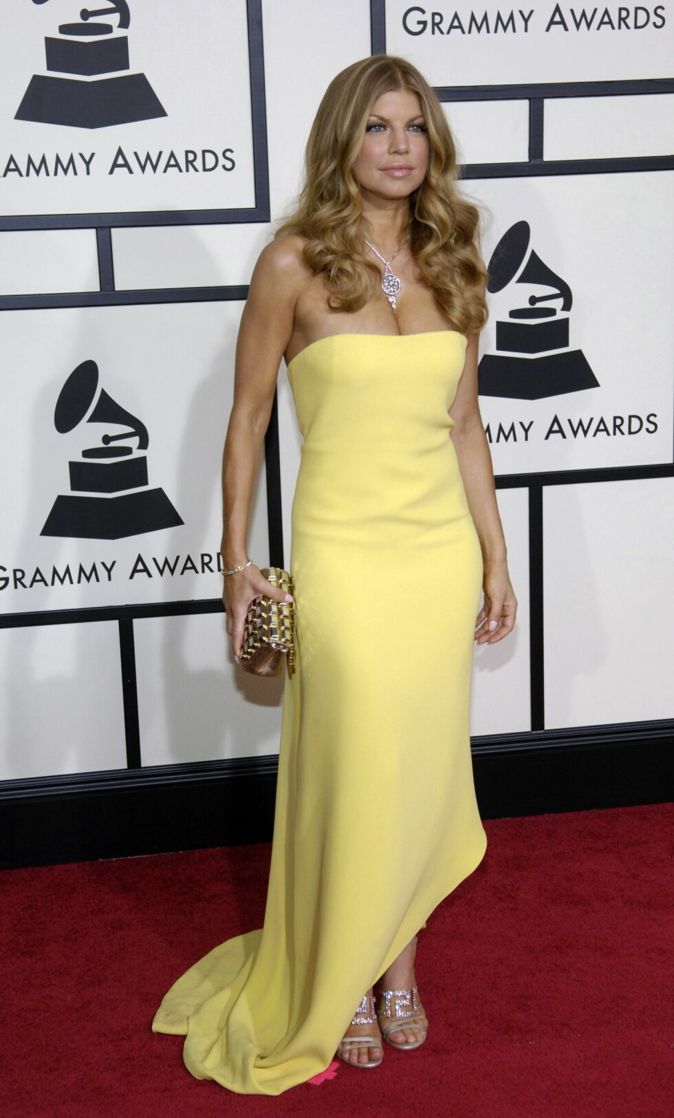 FERGIE: Den amerikanske artisten Fergie stilte i en kledelig dusgul kreasjon under Grammy-utdelingen i 2008. Hun var en av de som også opptrådde under showet. Foto: NTB Scanpix