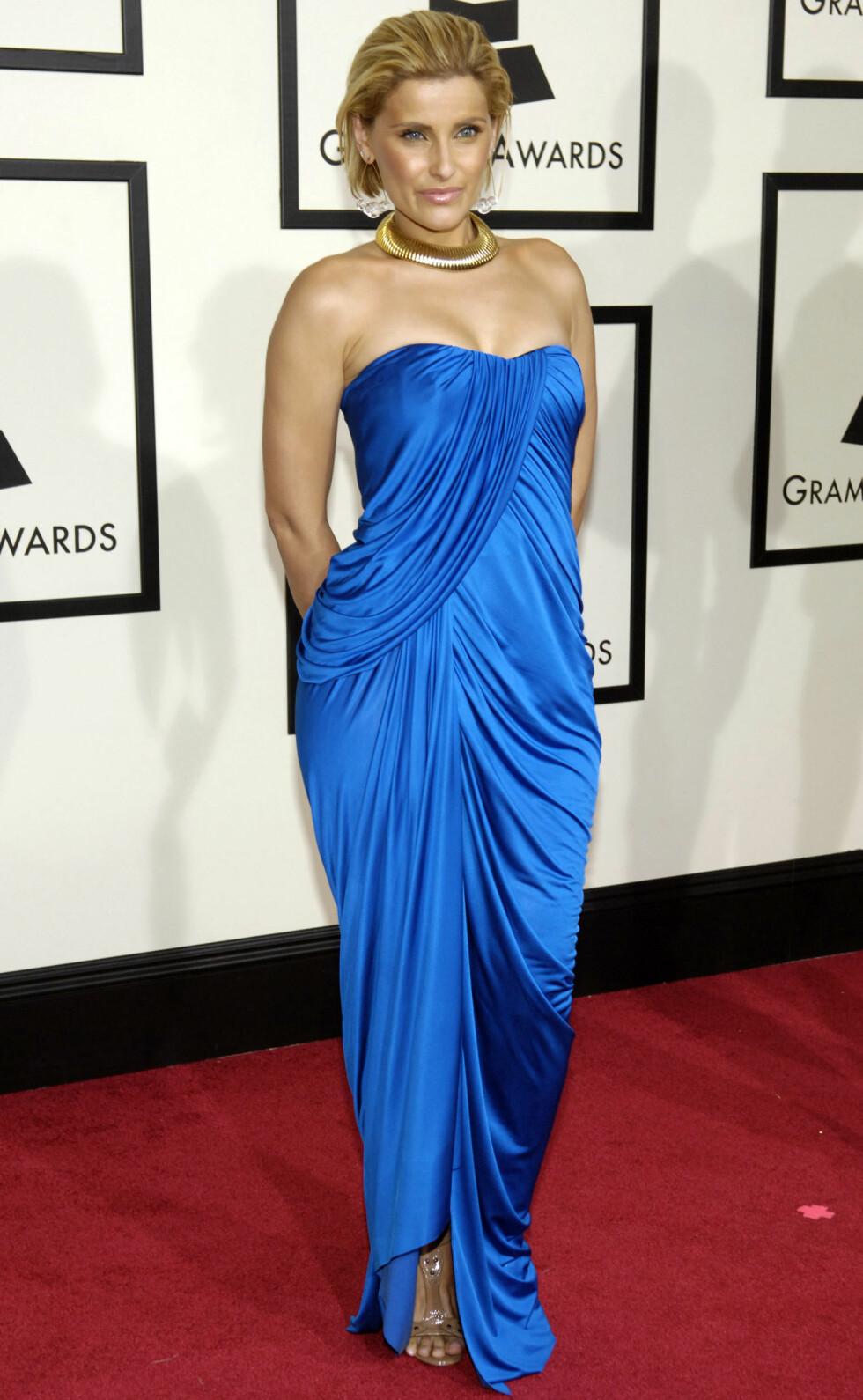 NELLY FURTADO: Den kanadiske artisten Nelly Furtado i en knallblå kreasjon under Grammy-utdelingen i 2008. Foto: NTB Scanpix