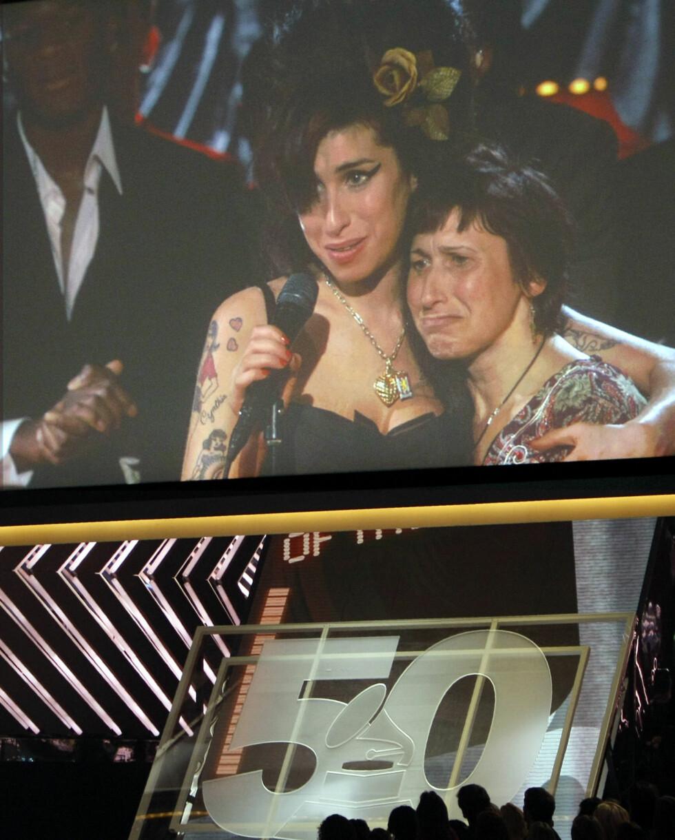 VANT FLEST PRISER: Den britiske artisten Amy Winehouse vant hele fem priser under Grammy-utdelingen i 2008. Hun var ikke til stede under prisutdelingen, men det ble sendt direkteoverføring fra London hvor hun takket for prisen side om side med moren. Foto: NTB Scanpix