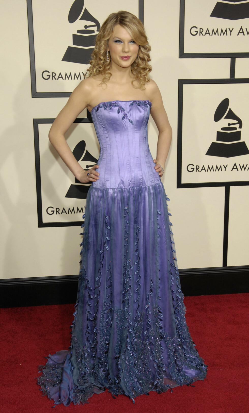 UNG OG LOVENDE: Sanger Taylor Swift var bare 18 år da hun entret Grammy-løperen i en lilla silkelignende kreasjon i 2008. Foto: NTB Scanpix