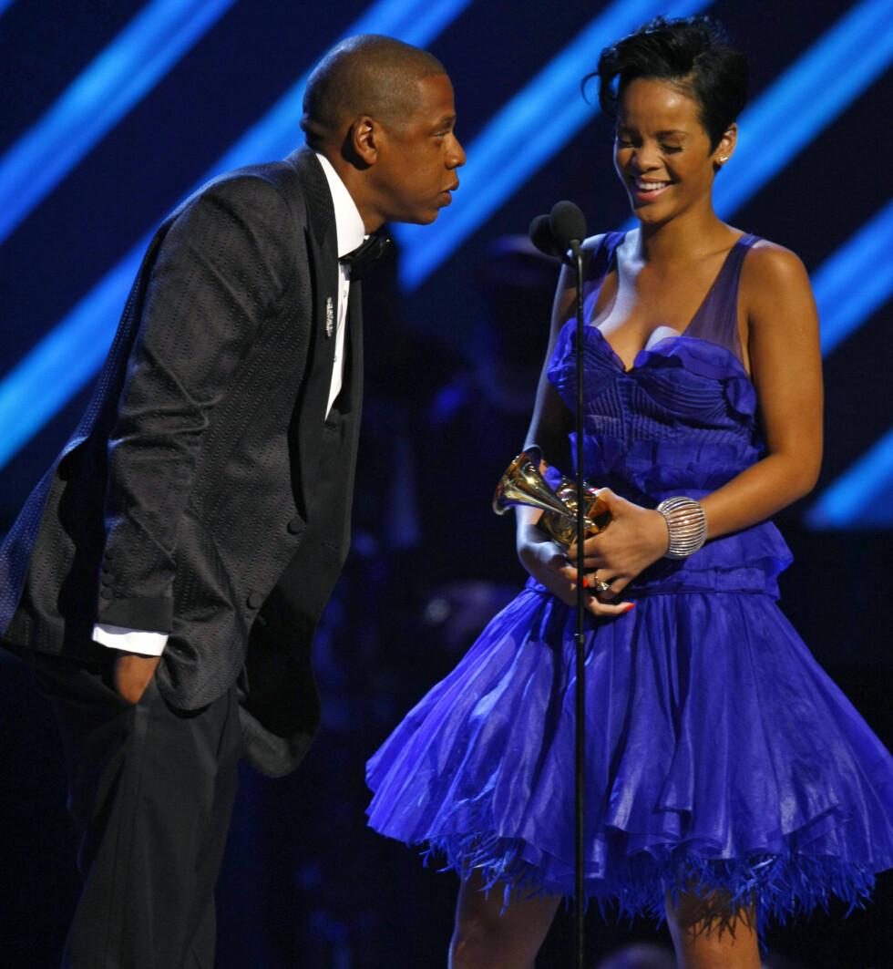 GOD TONE: Jay Z og Rihanna på scenen under Grammy-utdelingen. De har akkurat mottat pris for låten Umbrella. Foto: NTB Scanpix