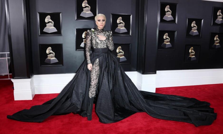GRAMMY AWARDS: Lady Gaga ankommer prisutdelingen i en sort kjole med langt slep. Foto: Scanpix