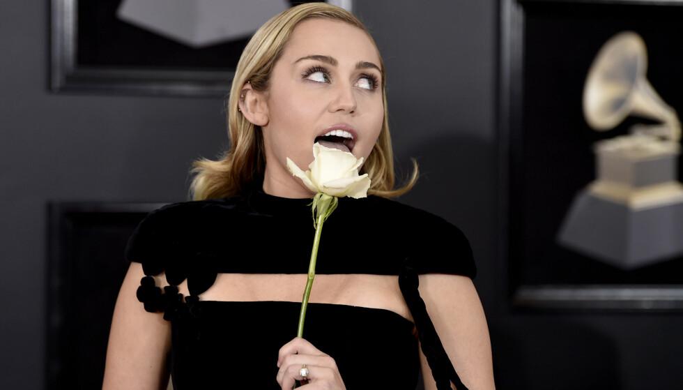 KOM MED HVIT ROSE: Miley Cyrus støtter Time's Up-bevegelsen. Foto: Scanpix