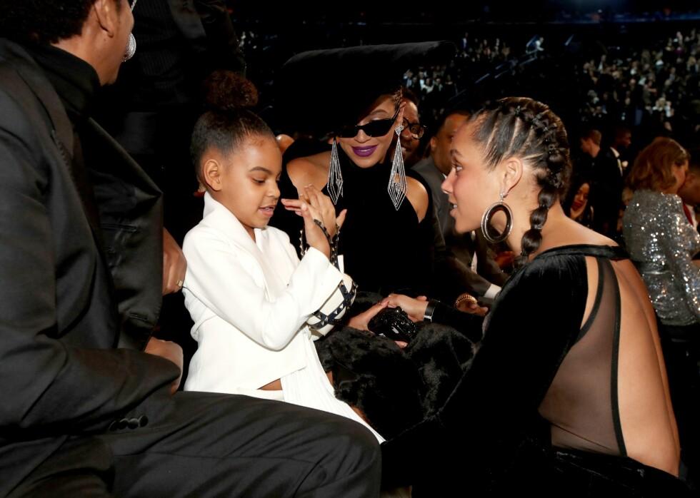 NÆRE BÅND: Blue Ivy Carter og artist Alicia Keyes er gode venner. Her i samtale under Grammy-utdelingen. Foto: NTB Scanpix