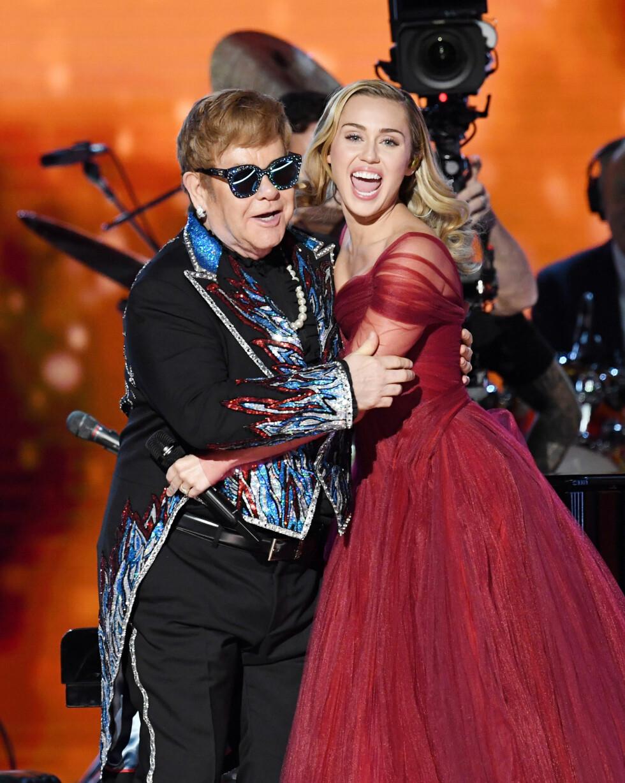 OPPTRÅDDE SAMMEN: Miley Cyrus og Elton John sto for deler av underholdningen under Grammy-utdelingen 2018. Kort tid før Grammy-showet annonserte han at han gir seg med turnélivet. Foto: NTB Scanpix