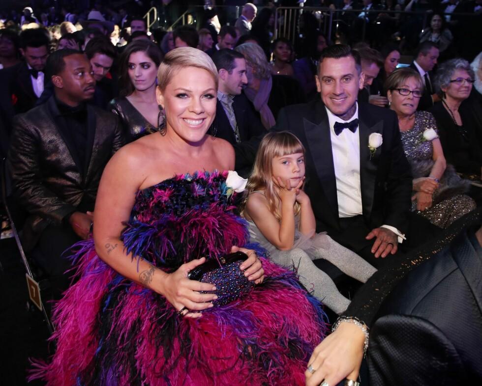 FIN FAMILIE: Pink med datteren Willow Hart og ektemannen Carey Hart under Grammy-utdelingen 2018. Foto: NTB Scanpix