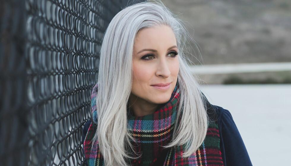 GRÅTT HÅR: Jessica turte å droppe hårfargingen og inspirerer nå andre kvinner til å gjøre det samme. FOTO: Privat