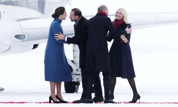 VELKOMST: Kronprinsesse Mette-Marit og kronprins Haakon tok hertuginne Kate og prins William imot på Gardermoen torsdag formiddag. Foto: NTB Scanpix
