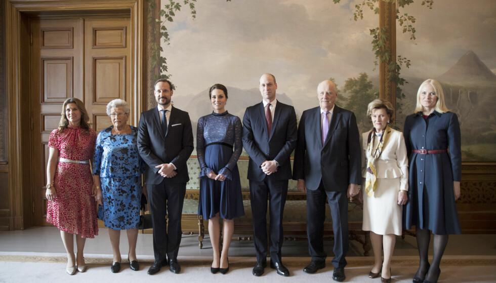 FAMILIEFOTO: Prins William og hertuginne Kate med prinsesse Märtha Louise, prinsesse Astrid, fru Ferner, kronprins Haakon, kong Harald, dronning Sonja og kronprinsesse Mette-Marit i Fugleværelset på Slottet. Foto: NTB Scanpix