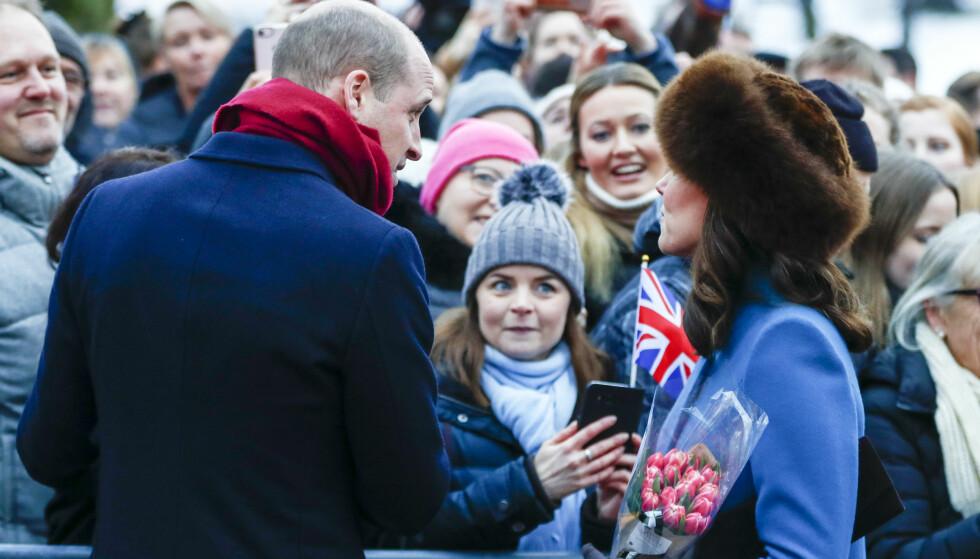 HILSTE PÅ FOLKET: Hertugparet av Storbritannia tok seg goooood tid til å hilse på det norske folket som hadde møtt opp - til tross for at de hadde tett program. Foto: NTB Scanpix
