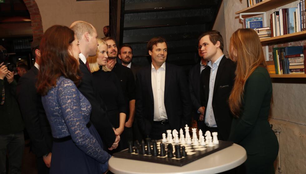 SAMME INTERESSER?: Hertugparet møtte blant andre den norske sjakk-kongen Magnus Karlsen under besøket på innovasjonshuset MESH torsdag ettermiddag. Foto: NTB Scanpix