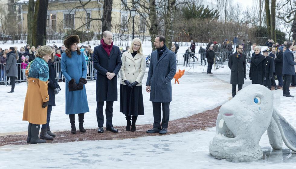 KUNST: Den kunstinteresserte dronningen vår var selvsagt med da hertugparet spaserte i Slottsparken for å se på skulpturene i Prinsesse Ingrid Alexandras skulpturpark. Foto: NTB Scanpix