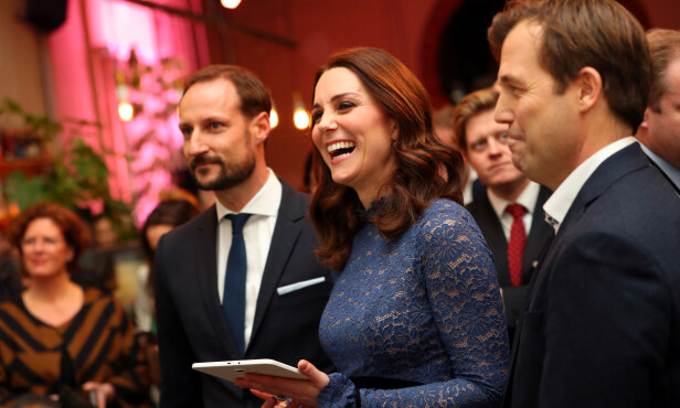 KAHOOT: Hertuginne Kate spilte på lag med kronprins Haakon i det norskutviklede spillet Kahoot. Til høyre er Innovasjon Norge-sjef Pål T. Næss. Foto: NTB Scanpix