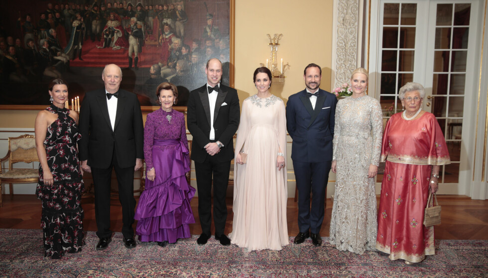 SLOTTSMIDDAG: Prinsesse Märtha Louise, kong Harald, dronning Sonja, prins William, hertuginne Kate, kronprins Haakon, kronprinsesse Mette-Marit og prinsesse Astrid, fru Ferner fotografert i forbindelse med slottsmiddagen torsdag kveld. Foto: NTB Scanpix