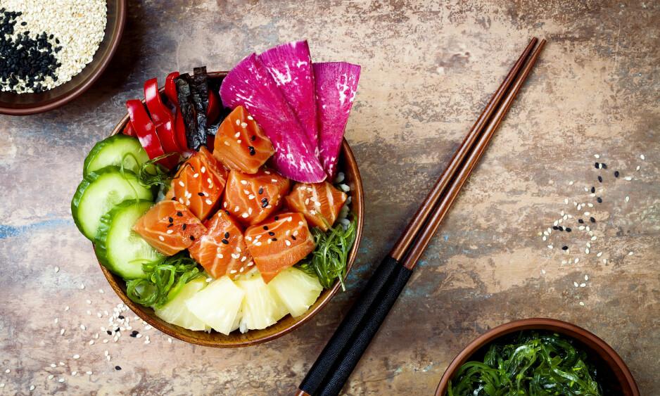 POKÉ: - Poké er en rett som i utgangspunktet er laget med fersk, rå fisk skåret i terninger. Fisketerningene er marinert i en saus som kan bestå av ingredienser som soya, sitrus, løk, tang, sier eksperten. FOTO: NTB Scanpix