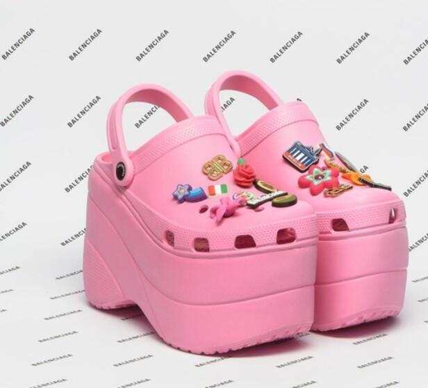 <strong>UTSOLGT:</strong> Skoene, som er et samarbeid mellom Balenciaga og Crocs, har en prislapp på over 6500 kroner og ble denne uken utsolgt før de kom i butikk. Foto: @balenciaga på Instagram