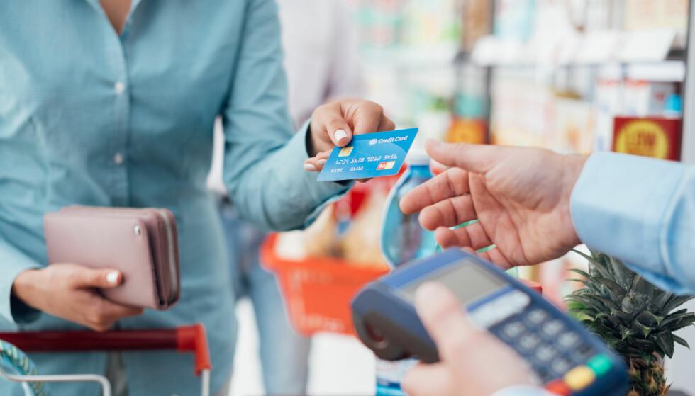 FRISTENDE: Det kan være fristende å dra kredittkortet, men du bør unngå å bruke penger du ikke har. FOTO: NTB Scanpix