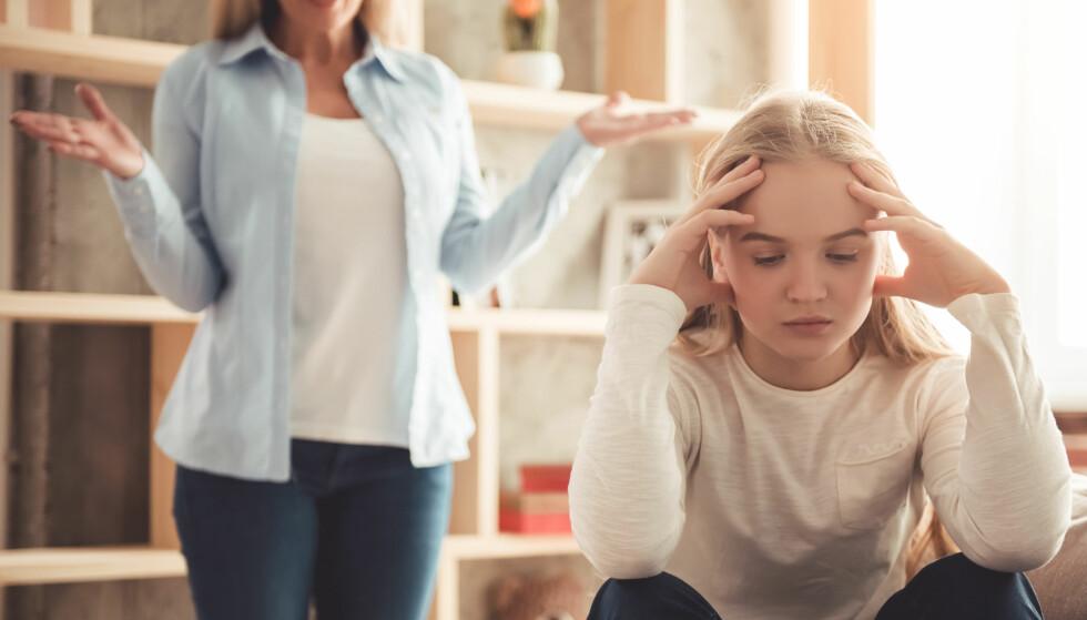 TENÅRINGER: I hjem med tenåringer kan det ofte bli opphetede diskusjoner og krangler. Det kan derfor være lurt å sette seg litt inn i hva tenåringen går igjennom. FOTO: NTB Scanpix